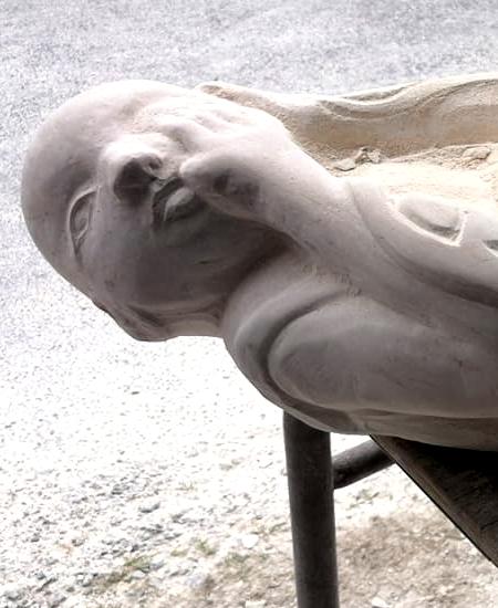 sculpture d'un Bouddha en pierre par le sculpteur yannick robert