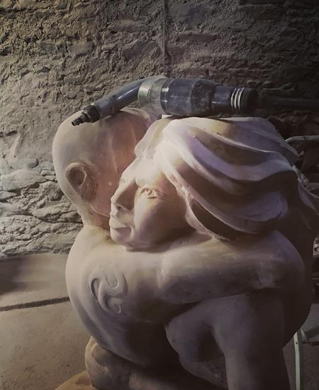 sculpture en pierre de  puylagarde de l'artiste sculpteur yannick robert